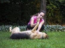 Flicka med en tysk herde Royaltyfri Foto