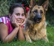 Flicka med en tysk herde Fotografering för Bildbyråer