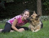 Flicka med en tysk herde Royaltyfri Fotografi