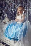 Flicka med en vit bok Royaltyfri Foto