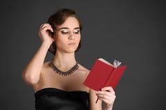 Flicka med en volym av poesi royaltyfri fotografi