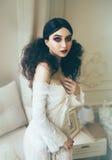 Flicka med enorma blåa ögon royaltyfria bilder