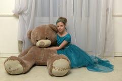 Flicka med enormt teddybear Arkivfoto