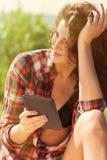 Flicka med ereader Arkivfoton