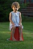 Flicka med ett allvarligt uttryck royaltyfria bilder