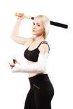 Flicka med ett bruten slagträ och boll för baseball för arminnehav Royaltyfri Foto
