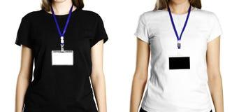 Flicka med ett emblem på hennes bröstkorgslut upp Isolerad bakgrund arkivbilder