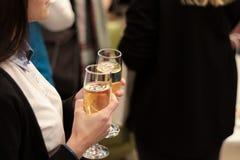 Flicka med ett exponeringsglas av champagne på partiet dricka flicka för champagne isolated rear view white Arkivbilder