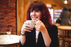 Flicka med ett exponeringsglas av kaffe i hand royaltyfria foton