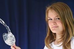 Flicka med ett exponeringsglas av vatten Royaltyfri Bild