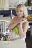 Flicka med ett exponeringsglas av wine Arkivfoton