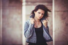 Flicka med ett grov bomullstvillomslag Arkivbild