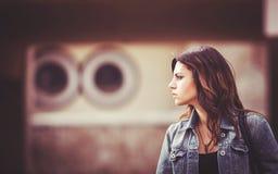 Flicka med ett grov bomullstvillomslag Royaltyfri Foto