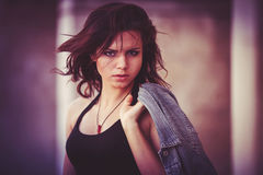 Flicka med ett grov bomullstvillomslag Arkivfoto