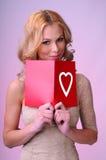 Flicka med ett hälsningskort Royaltyfria Foton