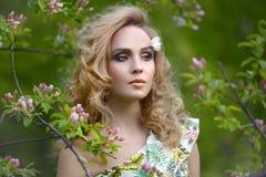 Flicka med ett härligt smink royaltyfri fotografi