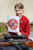 Flicka med ett mål och ett pneumatiskt vapen Royaltyfria Bilder