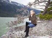 Flicka med ett omslag Fotografering för Bildbyråer