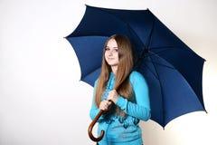Flicka med ett paraply Arkivfoton