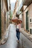 Flicka med ett paraply Arkivfoto