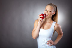 Flicka med ett rött äpple Royaltyfri Foto