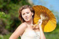 Flicka med ett slags solskydd Royaltyfri Fotografi