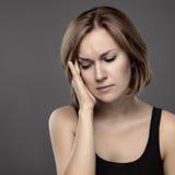 Flicka med ett smärtsamt huvud royaltyfria foton