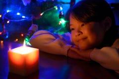 Flicka med ett stearinljus Arkivbild