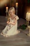 Flicka med ett stearinljus Royaltyfria Bilder