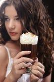 Flicka med exponeringsglas av kaffewitnkräm royaltyfria bilder