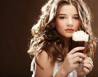 Flicka med exponeringsglas av kaffewitnkräm Fotografering för Bildbyråer