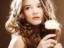 Flicka med exponeringsglas av kaffewitnkräm arkivbild