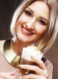 Flicka med exponeringsglas av kaffewitnkräm arkivfoton