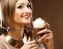 Flicka med exponeringsglas av kaffewitnkräm Royaltyfria Foton