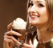 Flicka med exponeringsglas av kaffewitnkräm royaltyfri bild