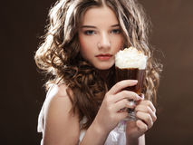 Flicka med exponeringsglas av kaffewitnkräm arkivbilder