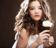 Flicka med exponeringsglas av kaffewitnkräm arkivfoto