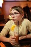 Flicka med exponeringsglas av lemonad Arkivbilder