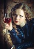 Flicka med exponeringsglas av wine Royaltyfria Foton
