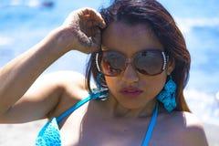 Flicka med exponeringsglas i modebikinin (roma) Arkivfoton