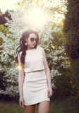 Flicka med exponeringsglas i parkera arkivfoto