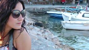 Flicka med exponeringsglas nära havet arkivfilmer