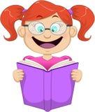 Flicka med exponeringsglas som läser från boken Arkivbilder