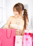 Flicka med färgrika gåvapåsar Fotografering för Bildbyråer