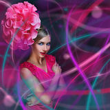 Flicka med färgrika linjer och blomma på huvudet Royaltyfri Bild