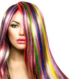 Flicka med färgrikt färgat hår arkivfoto