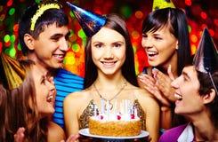 Flicka med födelsedagcaken royaltyfri fotografi
