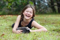 Flicka med försökskaninen Arkivfoto