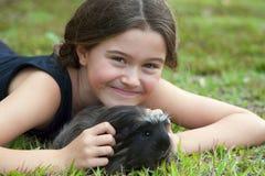Flicka med försökskaninen Arkivbild