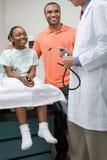 Flicka med fadern och doktorn arkivfoton